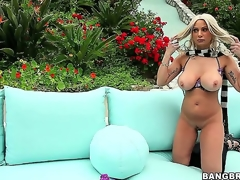 Golden-haired milf Isabella Rossa is very proud of her body, and shes gonna show off every last inch of her curves on webcam outside!